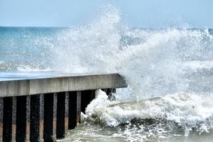 堤防に打ち寄せる荒波の写真素材 [FYI04307745]