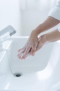 手洗いをする女の子の手元の写真素材 [FYI04307847]