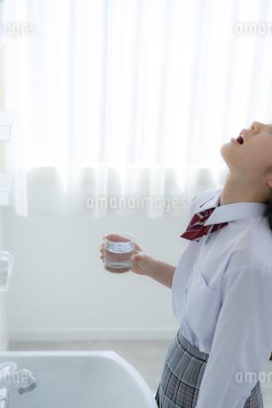 うがいをする女子学生の写真素材 [FYI04307867]