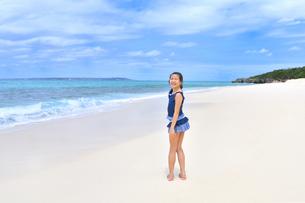 ビーチで笑う女の子(沖縄 宮古島 長間浜)の写真素材 [FYI04308007]