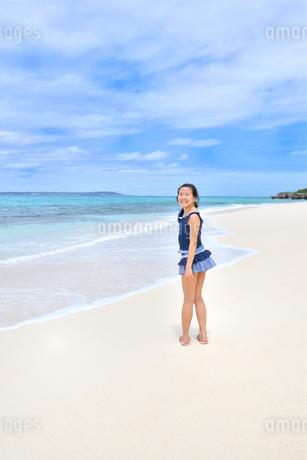 ビーチで笑う女の子(沖縄 宮古島 長間浜)の写真素材 [FYI04308008]