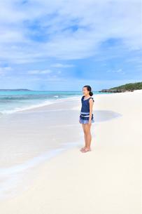 ビーチで笑う女の子(沖縄 宮古島 長間浜)の写真素材 [FYI04308009]