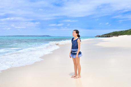 ビーチで笑う女の子(沖縄 宮古島 長間浜)の写真素材 [FYI04308010]