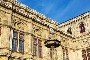 ウィーン国立歌劇場(国立オペラ座)と彫像 オーストリアの写真素材 [FYI04308038]