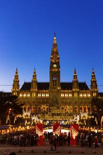 ウィーン市庁舎前  クリスマスマーケット オーストリアの写真素材 [FYI04308052]