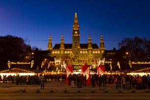 ウィーン市庁舎前  クリスマスマーケット オーストリアの写真素材 [FYI04308057]