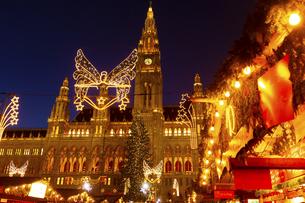 ウィーン市庁舎前  クリスマスマーケット オーストリアの写真素材 [FYI04308058]