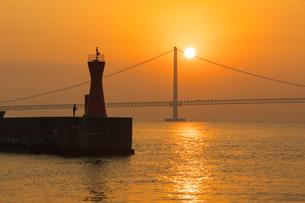 明石海峡大橋に昇る朝日(兵庫県、明石港より)の写真素材 [FYI04308065]