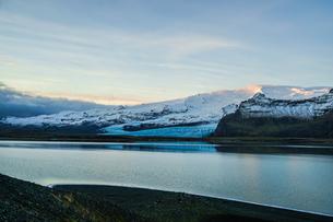 アイスランド・フィヤトルスアゥルロゥン湖の雪山の写真素材 [FYI04308109]
