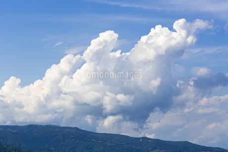 熱海の山と入道雲の写真素材 [FYI04308183]