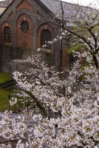 蹴上発電所と桜の写真素材 [FYI04308211]