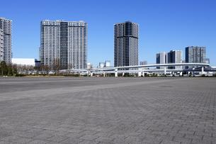 石畳の広場と高層タワーマンション群の写真素材 [FYI04308427]