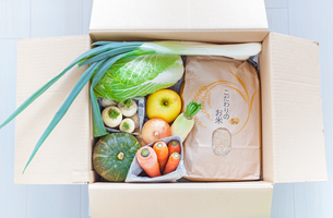 宅配便で届けられた野菜と米の写真素材 [FYI04308503]