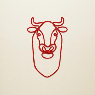 赤い紐でつくった丑(ウシ)のイメージの写真素材 [FYI04308612]