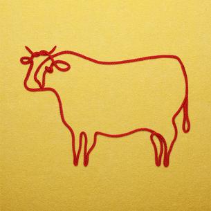 赤い紐でつくった丑(ウシ)のイメージの写真素材 [FYI04308614]