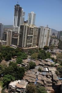インド ムンバイ 青空 ロックダウン スラムの写真素材 [FYI04308736]
