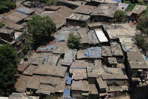 インド ムンバイ スラムの写真素材 [FYI04308738]