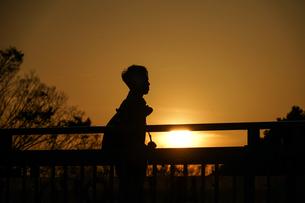 夕暮れと男性のシルエットの写真素材 [FYI04308777]