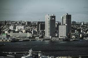 マリンタワーから見える横浜の街並み(モノクローム)の写真素材 [FYI04308800]