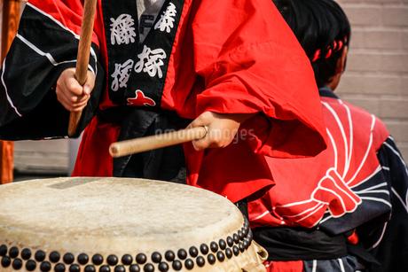 和太鼓を叩く子供のイメージの写真素材 [FYI04308919]