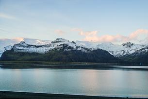 アイスランド・フィヤトルスアゥルロゥン湖の雪山の写真素材 [FYI04308926]
