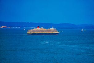 横浜スカイウォークから見える豪華客船(クイーンエリザベス)の写真素材 [FYI04308941]