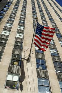 ニューヨークの街並みと星条旗の写真素材 [FYI04308971]