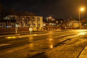 アイスランド・レイキャビックの街並み(夜景)の写真素材 [FYI04308973]