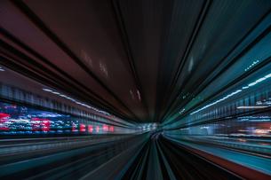 ゆりかもめ東京臨海新交通臨海線から見えるレインボーブリッジの写真素材 [FYI04308974]