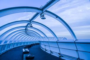 横浜港シンボルタワーの階段と夕景の写真素材 [FYI04308979]
