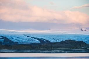アイスランド・フィヤトルスアゥルロゥン湖の雪山の写真素材 [FYI04308983]