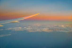 夕焼けに照らされる夏空の入道雲の写真素材 [FYI04308993]