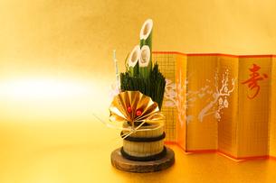 門松と金屏風のイメージ(年賀状素材・正月素材)の写真素材 [FYI04309003]