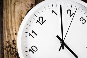 シンプルな壁掛け時計のイメージの写真素材 [FYI04309025]