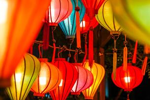 カラフルな夏祭りの提灯の写真素材 [FYI04309053]