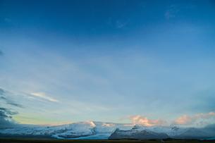 アイスランド・フィヤトルスアゥルロゥン湖の雪山の写真素材 [FYI04309073]
