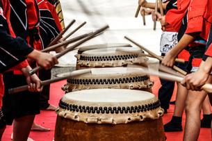 和太鼓を叩く子供のイメージの写真素材 [FYI04309077]