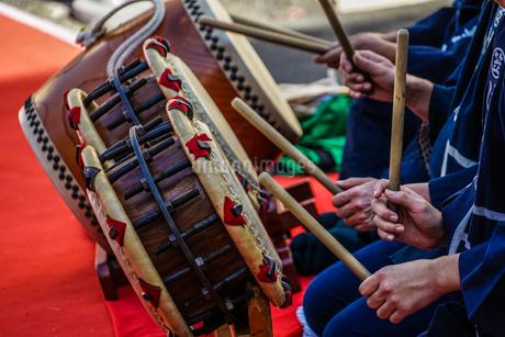 和太鼓を演奏する人々のイメージの写真素材 [FYI04309082]