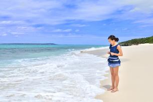 ビーチで笑う女の子(沖縄 宮古島 長間浜)の写真素材 [FYI04309119]