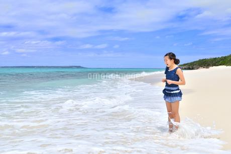 ビーチで笑う女の子(沖縄 宮古島 長間浜)の写真素材 [FYI04309120]
