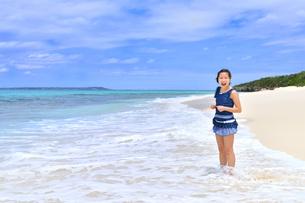 ビーチで笑う女の子(沖縄 宮古島 長間浜)の写真素材 [FYI04309121]