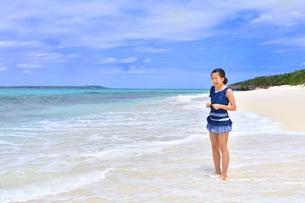 ビーチで笑う女の子(沖縄 宮古島 長間浜)の写真素材 [FYI04309122]