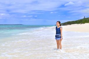 ビーチで笑う女の子(沖縄 宮古島 長間浜)の写真素材 [FYI04309123]
