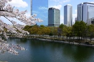 大阪城公園から大阪ビジネスパークの写真素材 [FYI04309133]