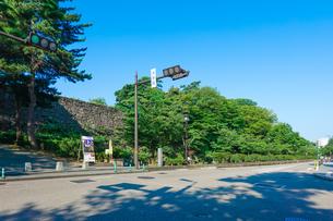 金沢城の大手堀脇を通る「お堀通り」の写真素材 [FYI04309336]