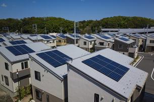 太陽光パネルを設置した住宅街の写真素材 [FYI04309383]