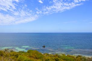 オーストラリア・西オーストラリア州のフリーマントルの沖合約18kmのインド洋に浮かぶロットネスト島から見た錆び付いた沈没船と白い雲の写真素材 [FYI04309409]