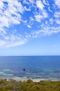 オーストラリア・西オーストラリア州のフリーマントルの沖合約18kmのインド洋に浮かぶロットネスト島から見た錆び付いた沈没船と白い雲の写真素材 [FYI04309410]