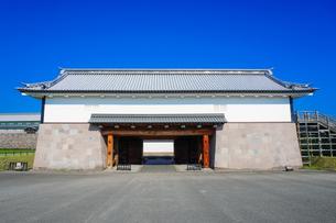 三の丸広場から金沢城河北門の写真素材 [FYI04309436]