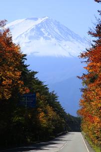 日本の道100選の富士スバルラインと日本100名山の富士山の写真素材 [FYI04309438]